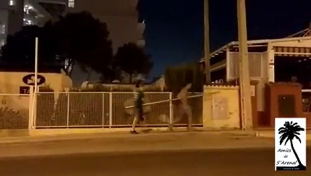 Dos jóvenes se llevan una señal de tráfico