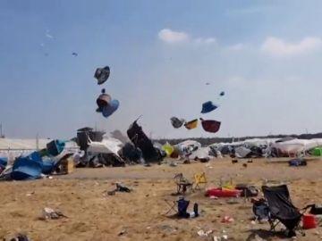 Un pequeño tornado eleva por los aires las tiendas de campañas en un festival