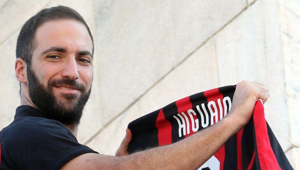 Locura de los hinchas de Milan por el Pipita Higuaín