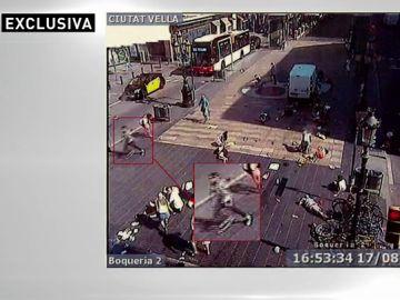 Imágenes en exclusiva del momento en el que uno de los terroristas de Barcelona iniciaba su huida tras atropellar a la multitud