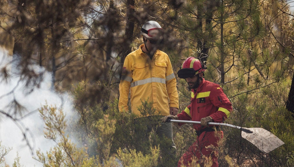 Efectivos de la UME trabajan en Nerva para controlar el incendio