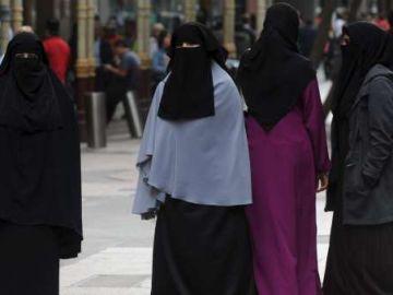 Un grupo de mujeres con velo islámico