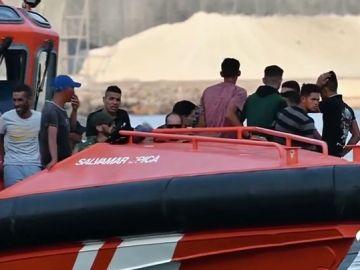 Interceptada una patera con once personas en una playa de Estepona y detenido su piloto