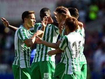 Los jugadores del Betis celebran un gol ante el Cardiff