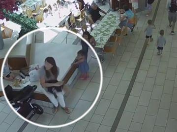 """Dos policías salvan la vida de niña ahogada con """"nugget"""" de pollo"""