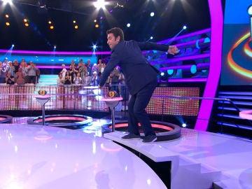 Arturo Valls se la juega al entrar al plató de '¡Ahora Caigo!'
