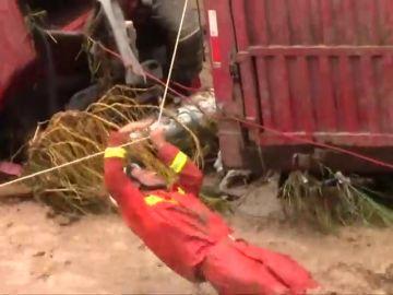 En China 14 personas han quedado atrapadas en sus vehículos por las inundaciones