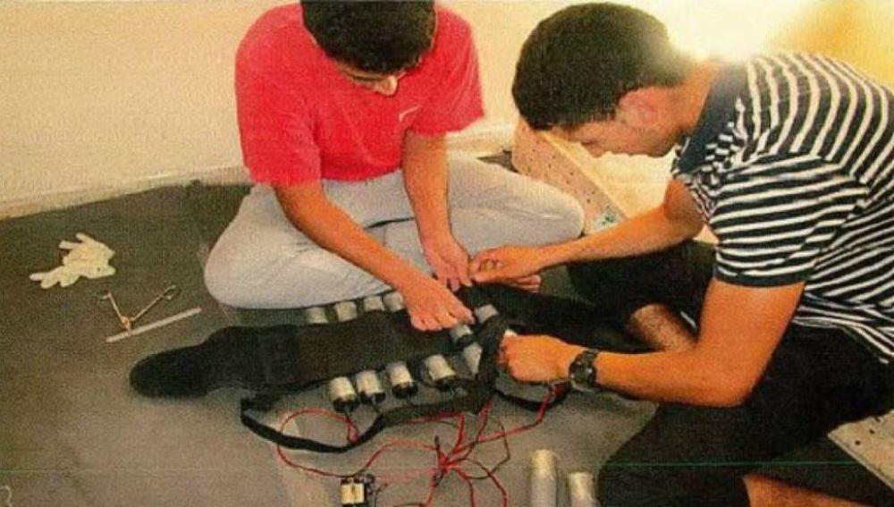 Imagen de los terroristas de Baarcelona y Cambrils preparando las bombas