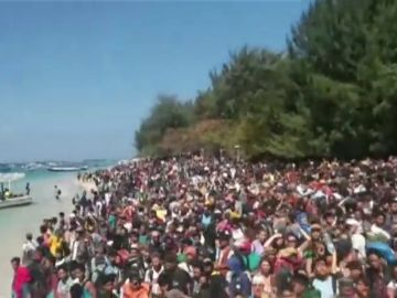 Cientos de turistas abarrotan las playas de Lombok a la espera para ser evacuados