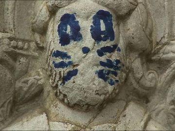 Acto vandálico en una escultura de la fachada de la Catedral de Santiago, que amanece pintada con bigotes