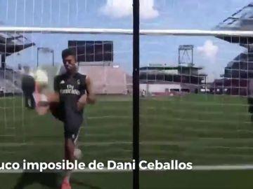 El truco imposible de Dani Ceballos: de espaldas y desde detrás de la portería