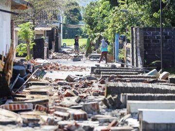 Varios vecinos caminan entre los escombros tras el terremoto de Lombok