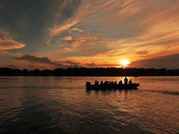 Un grupo de turistas en una embarcación recorren los canales de Tortuguero, ubicado en el Caribe de Costa Rica
