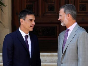El rey Felipe VI y el presidente del Gobierno, Pedro Sánchez, en el Palacio de Marivent