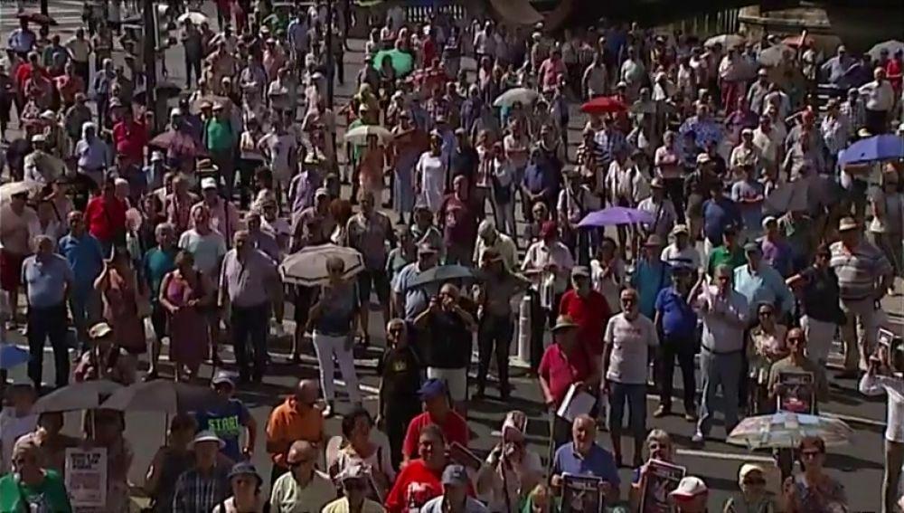 Los pensionistas de Bilbao continúan saliendo a las calle los lunes de verano