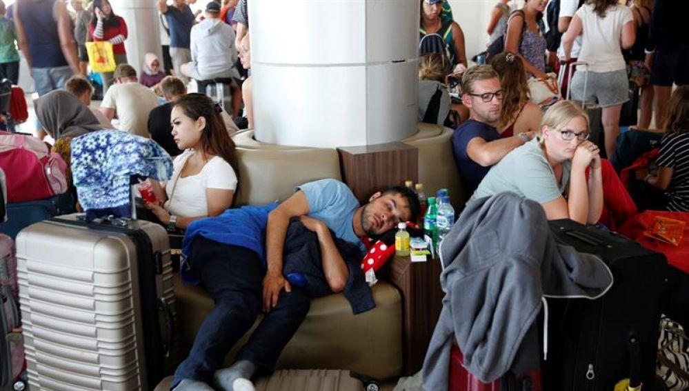 Turistas extranjeros esperan su vuelo en el aeropuerto Internacional Praya en Lombok