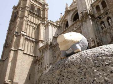 Colocan hasta 666 pequeños cerdos de yeso en las calles de Toledo