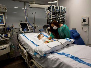 Vanesa cuida a su hija Roma, de 3 meses, una de las dos trasplantadas hepáticas