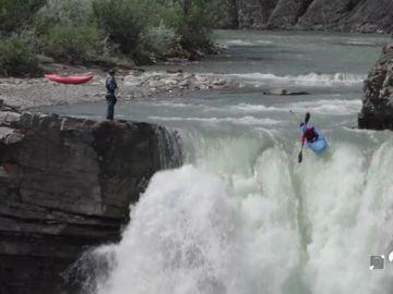 La espectacular imagen de un gerundense lanzándose por una cascada de 30 metros