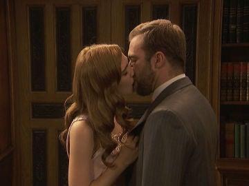 El juego de Fernando y Julieta acaba en un apasionado beso tras la cortina