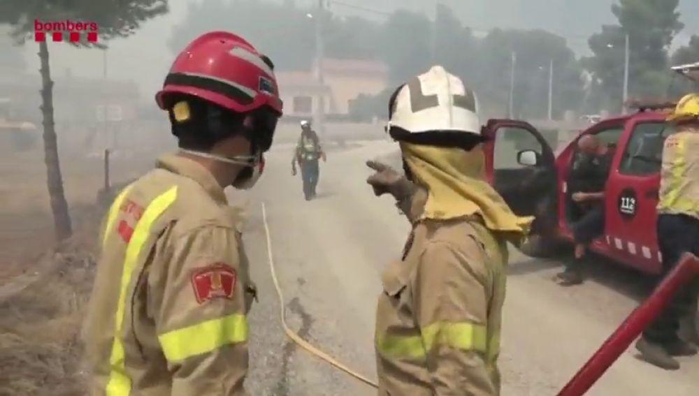 Desalojan a quince vecinos por el incendio de Cabra del Camp, en Tarragona