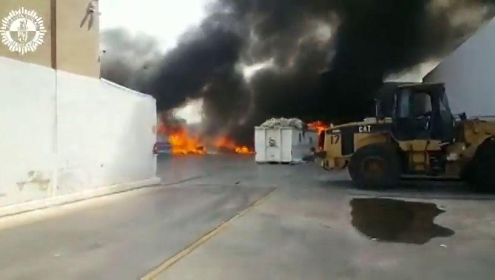 Controlado el incendio en un almacén de colchones en el polígono de Alboraya