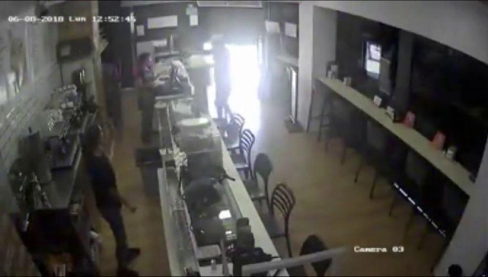 Atraco en una cafetería de Málaga a punta de pistola y con una máscara de médico