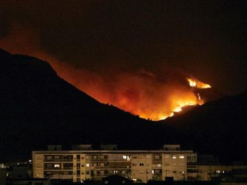 Vista del incendio forestal que afecta a los términos de Llutxent, Pinet y Barx