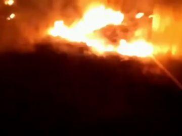 Las llamas alcanzan una vivienda en el incendio de Valencia