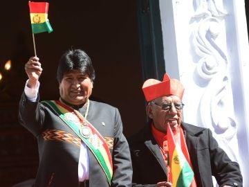 Evo Morales usa la medalla y la banda presidencial en la sesión de honor de la Asamblea Legislativa Nacional, celebrada en la Casa de la Moneda, en Potosí.