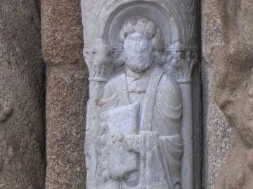 La escultura pintada de la catedral de Santiago de Compostela ya está limpia