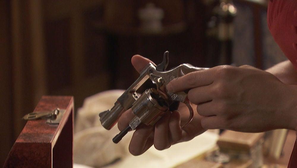 Julieta sospecha que Prudencio mató a Saúl tras encontrar una pistola con sus iniciales