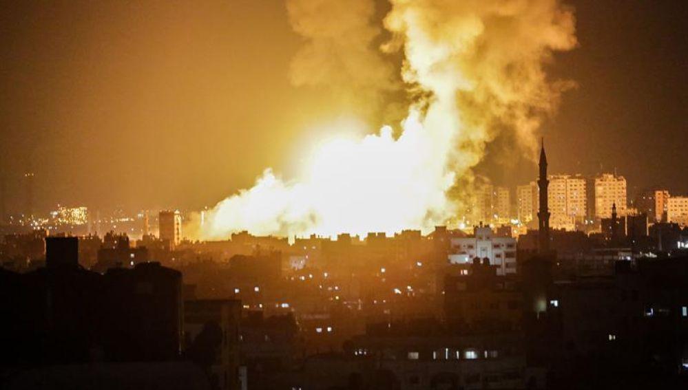 Vista del humo tras los ataques aéreos israelíes en sitios de Hamas en la ciudad de Gaza