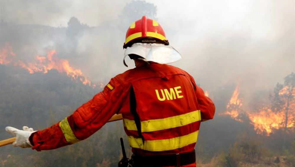 Un efectivo de la Unidad Militar de Emergias (UME) en las labores de extinción del incendio de Llutxent