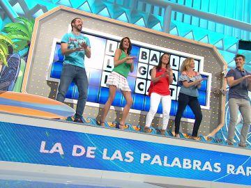 Jorge Fernández, Laura Moure y los concursantes de 'La ruleta de la suerte' bailan al ritmo de una pegadiza canción, 'Asejeré'