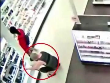 La reacción de un padre al pillar a un hombre haciendo fotos bajo la falda de su hija