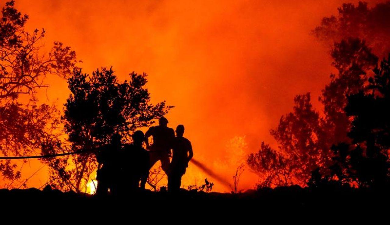 Bomberos continúan los trabajos para extinguir el fuego