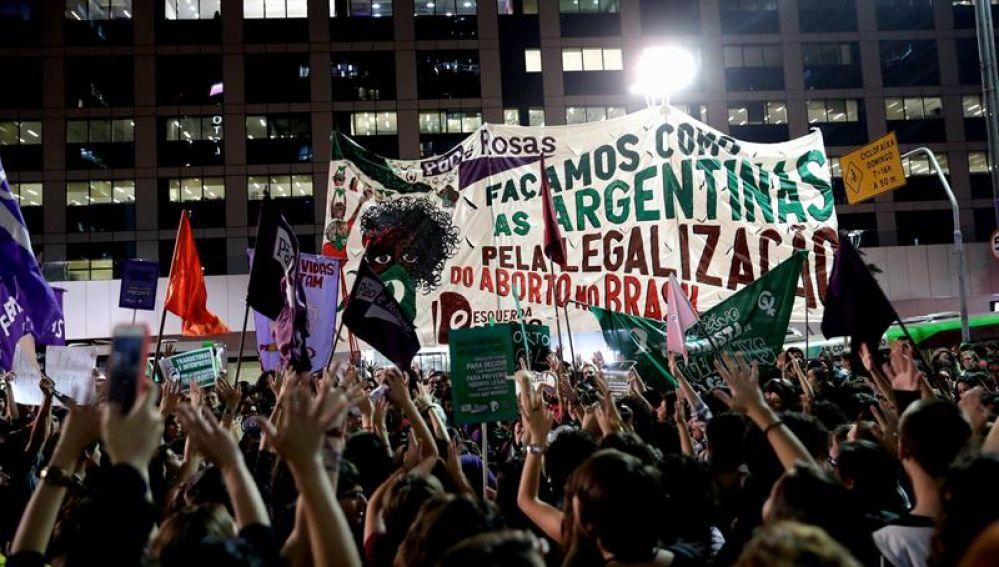 Unas 500 mujeres protestan a favor de la legalización del aborto