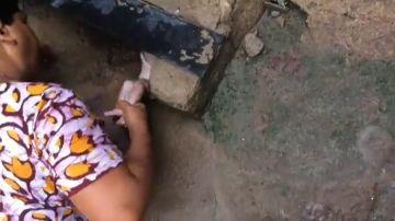 Un bebé es rescatado de una alcantarilla en la India