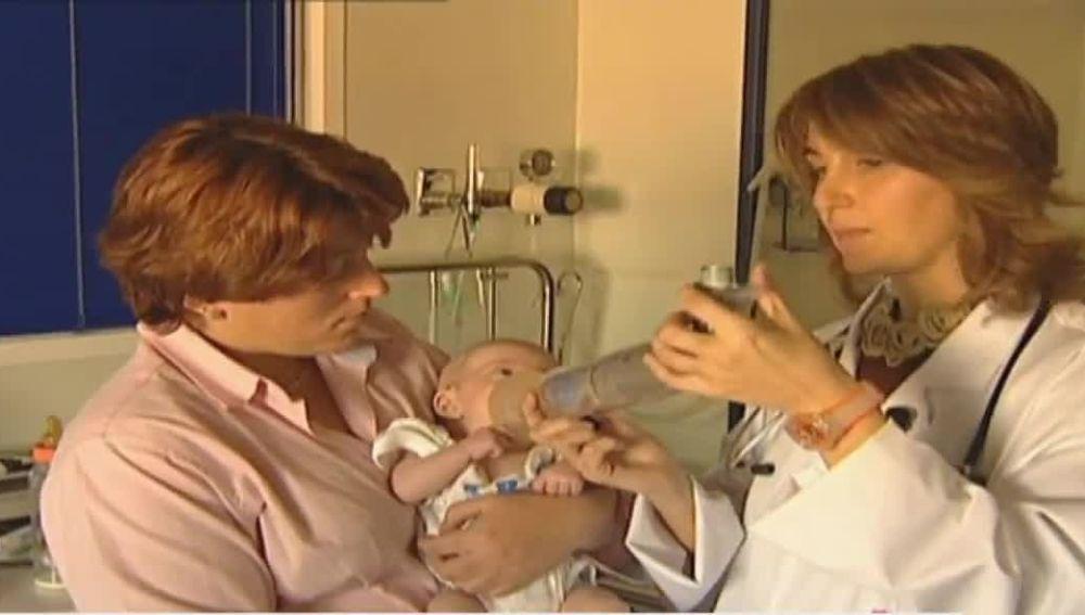 Médico atendiendo a bebé con inhalador