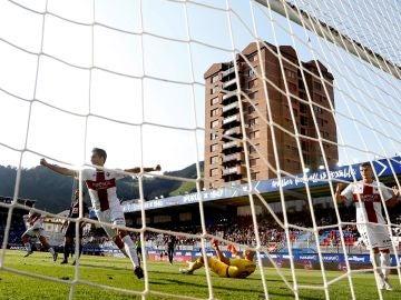 Álex Gallar celebra uno de sus dos goles ante el Eibar