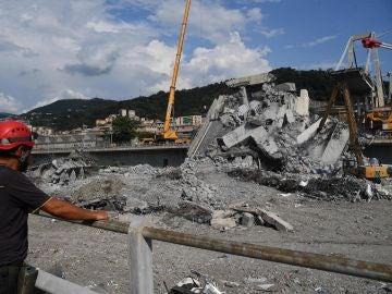 Operarios durante la retirada de escombros tras la caída del puente Morandi en Génova