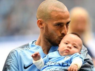 Silva y su hijo en el campo del Manchester City