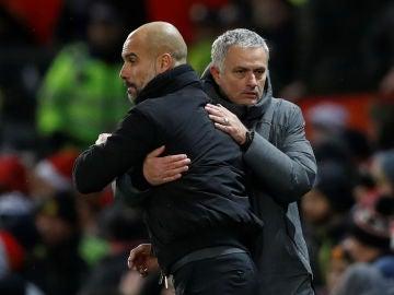 Guardiola y Mourinho se saludan durante un derbi de Manchester