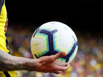 Un jugador sostiene el balón de la Premier League 2018/2019