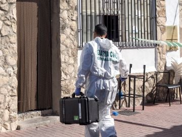 Un agente del Laboratorio de Criminalística de la Guardia Civil se dirige al bar de la localidad vallisoletana de Castrillo-Tejeriego