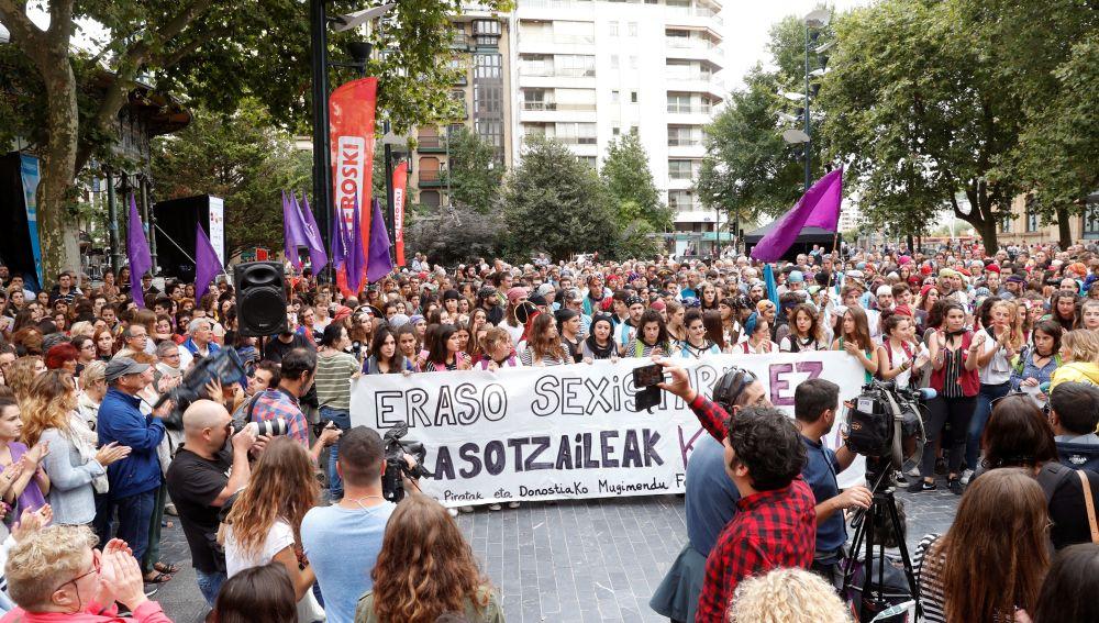 Cientos de personas se han concentrado hoy en el bulevard de San Sebastián para condenar la agresión sexual