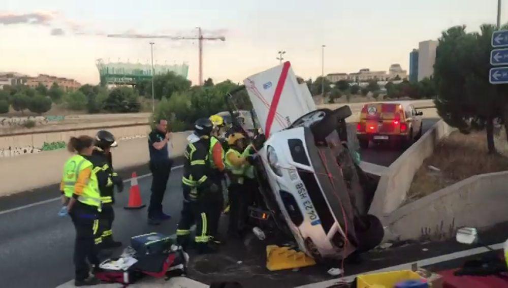 Un accidente con un taxi provoca largas retenciones a la salida de la M-30 en la zona de Las Tablas