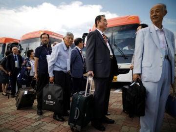 Familias de surcoreanos subiéndose al autobús que les lleva a Corea del Norte