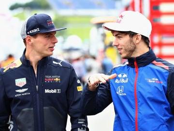 Max Verstappen y Pierre Gasly dialogan durante el GP de Austria